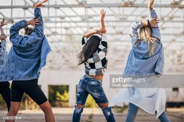 kvinnor street dansare dans - dance troupe bildbanksfoton och bilder