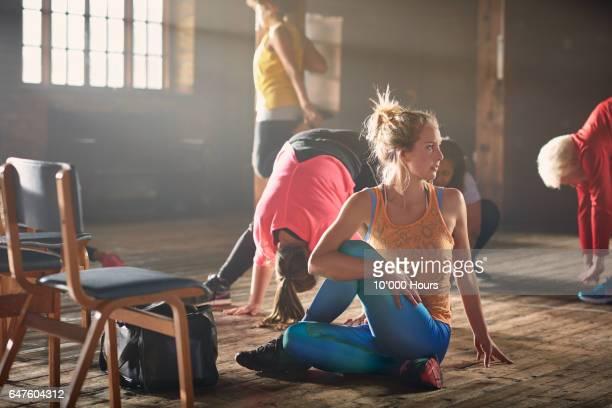 women stretching in gym. - vijf personen stockfoto's en -beelden