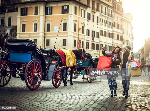 Frauen machen Sie ein selfie während Einkaufen in Rom