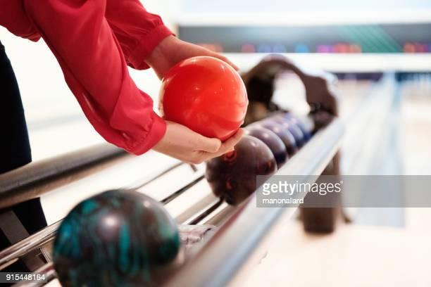 Frauen, die eine Bowlingkugel bei 10 pin bowling