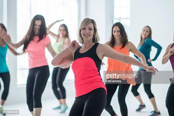Las mujeres que toman un baile toda clase de ejercicios