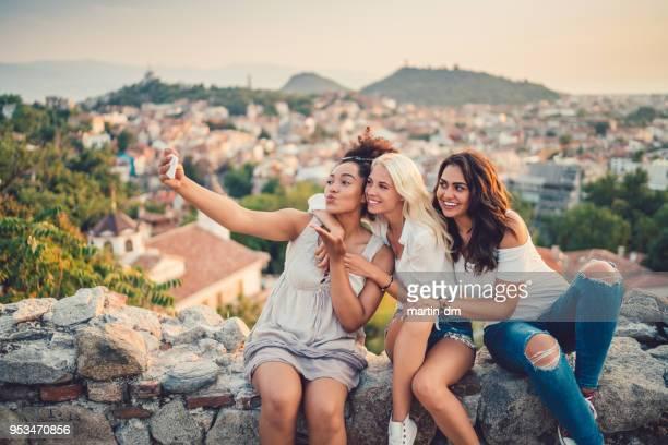 femmes qui prennent selfies contre le paysage urbain - petite amie photos et images de collection