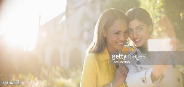 Femmes prenant autoportrait avec appareil photo de votre téléphone dans le jardin