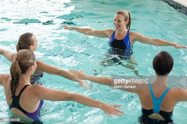 Donne prendendo la classe di Aerobica acquatica