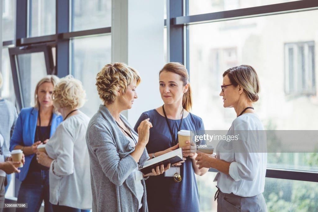Frauen reden während der Kaffeepause im Convention center : Stock-Foto