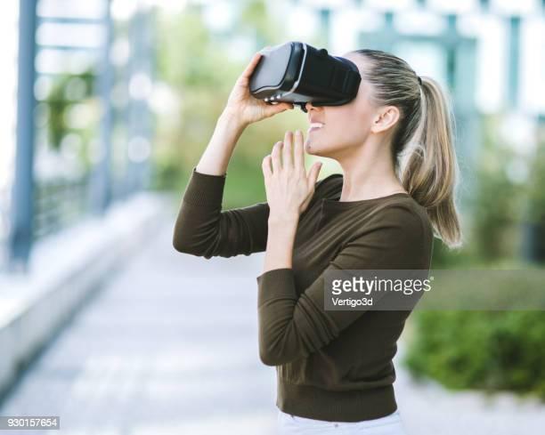 Mujer prueba el simulador de realidad Virtual