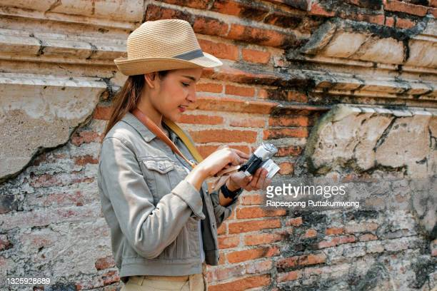 women tourists viewing images from the camera. - statue stock pictures, royalty-free photos & images