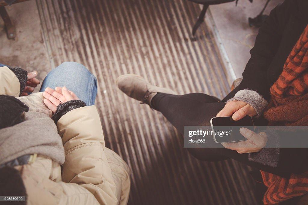 Les femmes voyageant dans un train ancien : Photo
