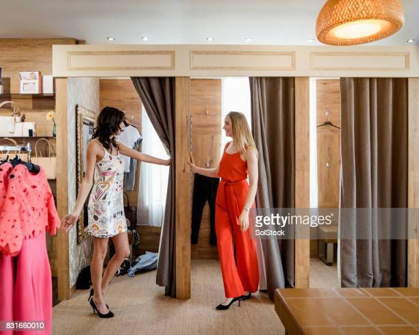 Frauen Outfits in einem Geschäft Umkleide anprobieren