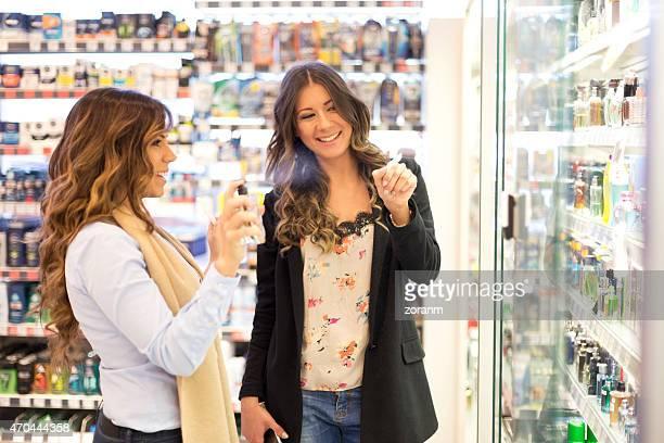 Mujer tratando parfume en el centro comercial