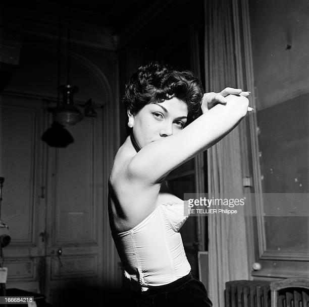The LongLine Bra En 1956 une jeune femme brune les bras levés porte un sous vêtement bustier à balconnet ou soutien gorge pigeonnant mettant en...