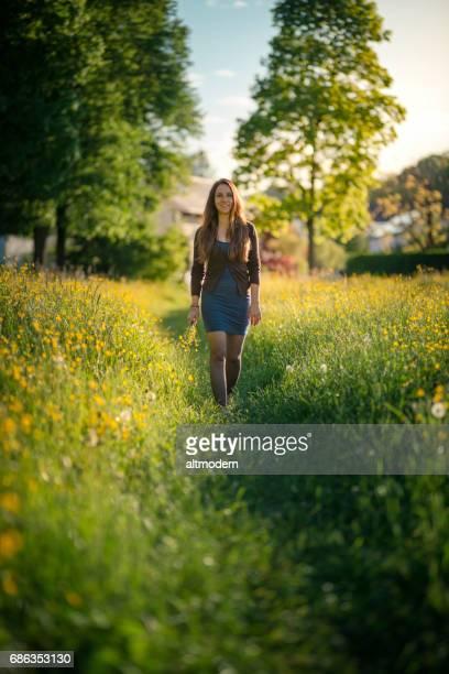 frauen gehen durch eine sommerwiese - einzelne frau über 30 stock-fotos und bilder