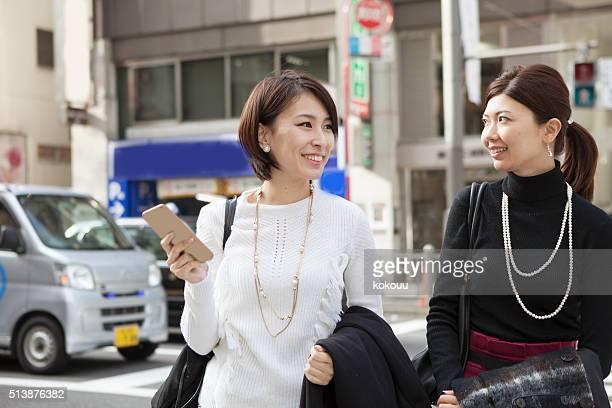 歩く女性のストリートは