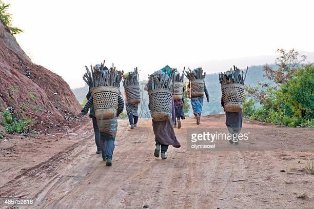 歩く女性自宅での薪のバスケット
