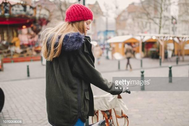 femme marchant dans la ville - une seule jeune femme photos et images de collection
