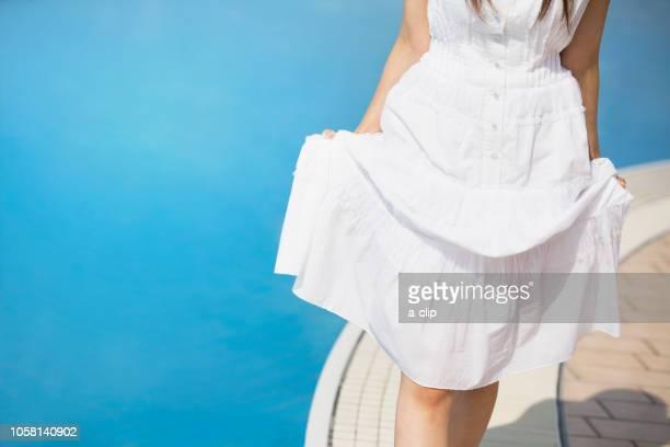 プールサイドを歩く女性 - 裾 ストックフォトと画像