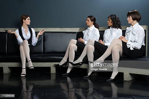 Frauen vor Kollegen anwenden Lippenstift