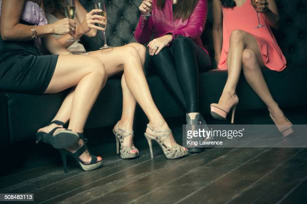 women wearing high heels in nightclub - hoge hakken stockfoto's en -beelden