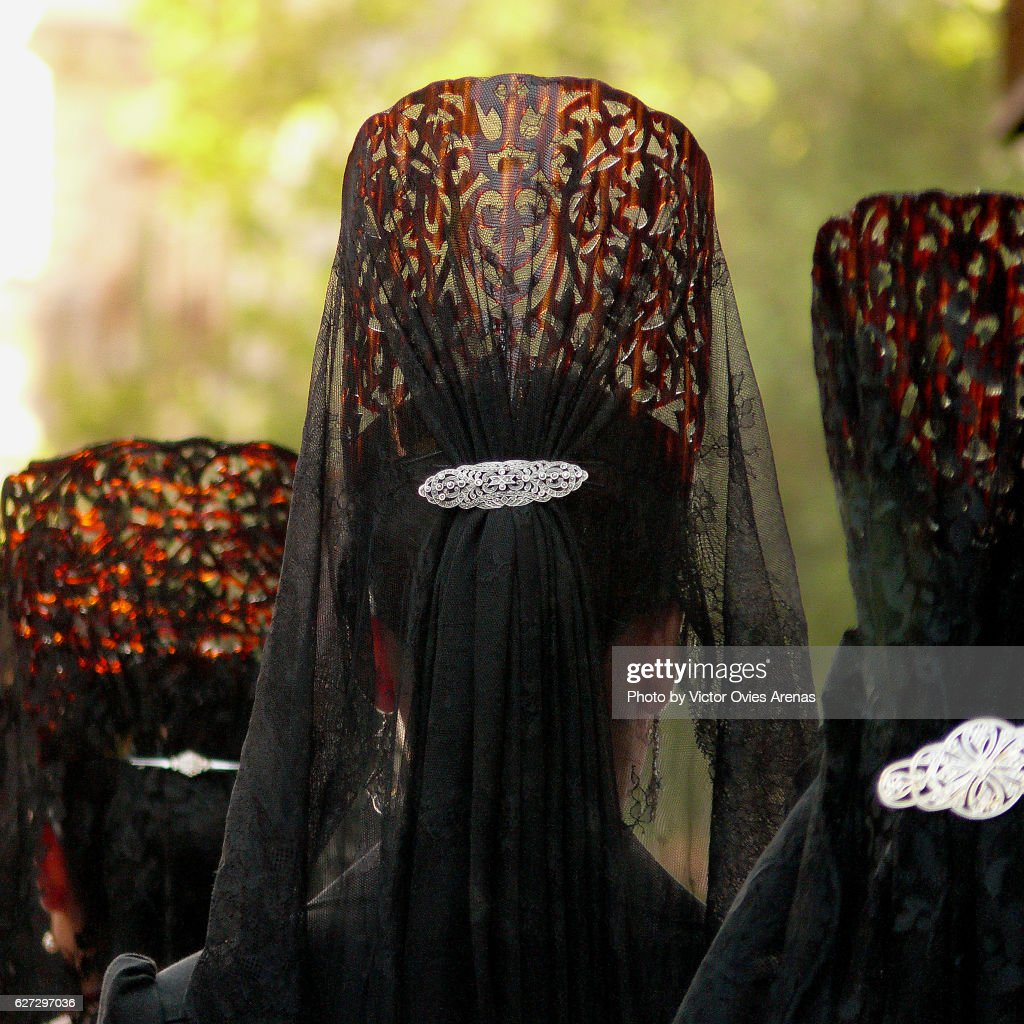 """Women wearing Spanish traditional combs """"peinetas"""" during Easter in Granada, Andalucia, Spain : Foto de stock"""
