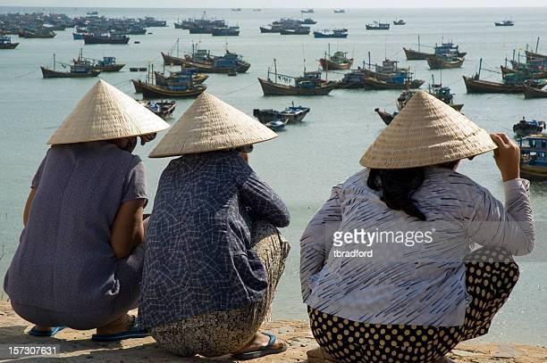 Tres mujeres usando tradicional de Ao Dai sombreros en Vietnam