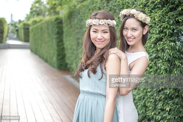 women wearing vivace flower crown outdoors - ex copine photos et images de collection