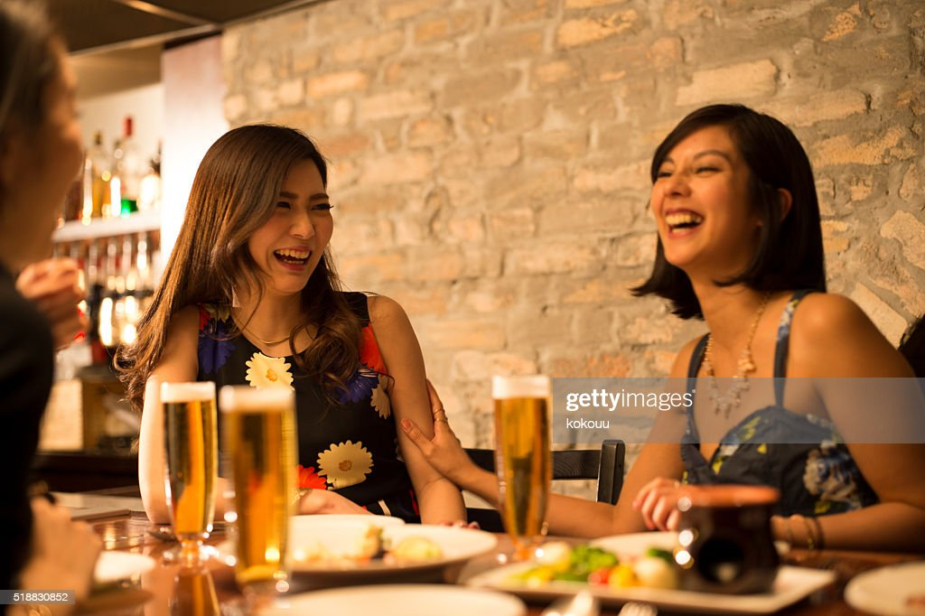 女性のお客様には、隣のレストランで : ストックフォト