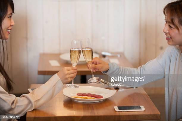カフェで話す女性たち