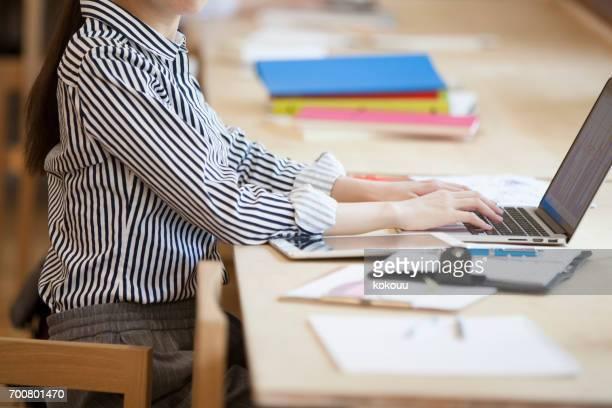 vrouwen die in het kantoor werken - lichaamshouding stockfoto's en -beelden