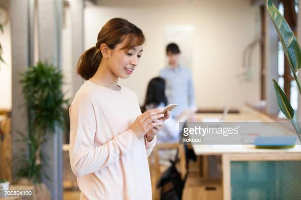 Frauen, die im Büro arbeiten