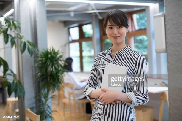 オフィスで仕事をする女性たち - 女子大生 ストックフォトと画像