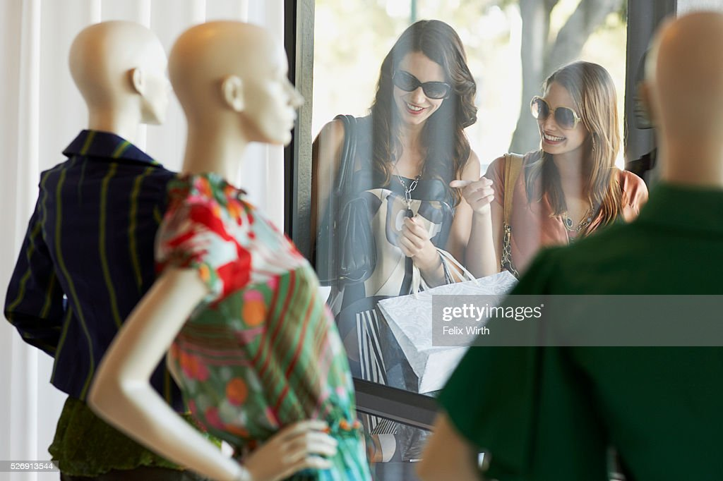 Women window shopping : Stock-Foto