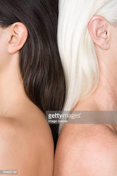Frauen mit hellem und dunklem Haar