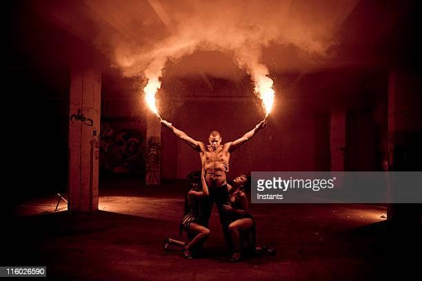 Femme de Danseur de feu dans le cadre sombre