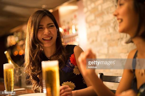 女性 グリー のレストランで