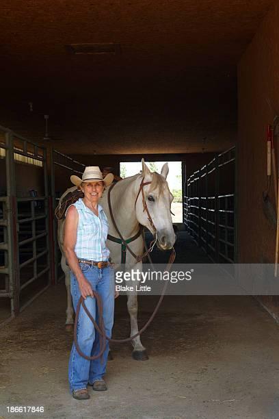 women with horse in barn - ligamento cruzado anterior fotografías e imágenes de stock