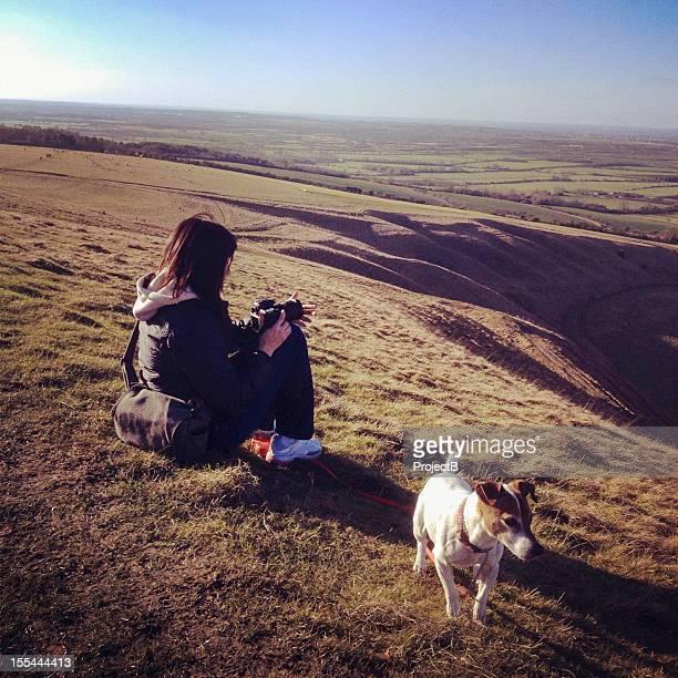 女性にジャックラッセルである美しい uffington からの眺め - アフィントン ストックフォトと画像