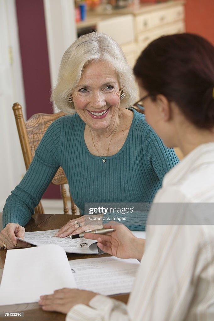 Women with paperwork : Stockfoto