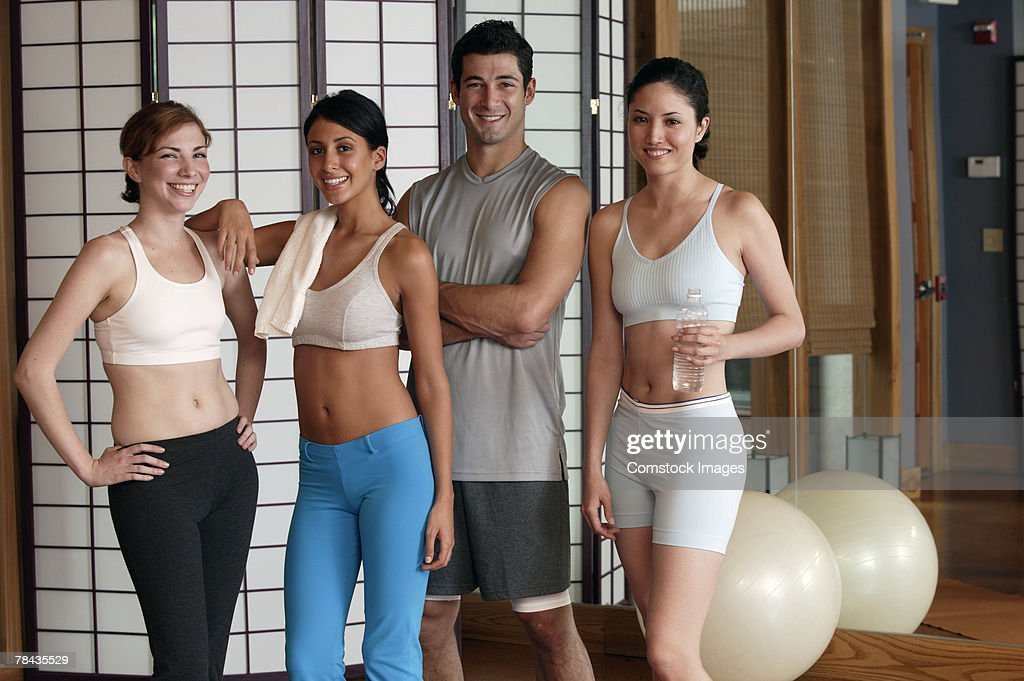 Women with personal trainer in exercise class : Stockfoto