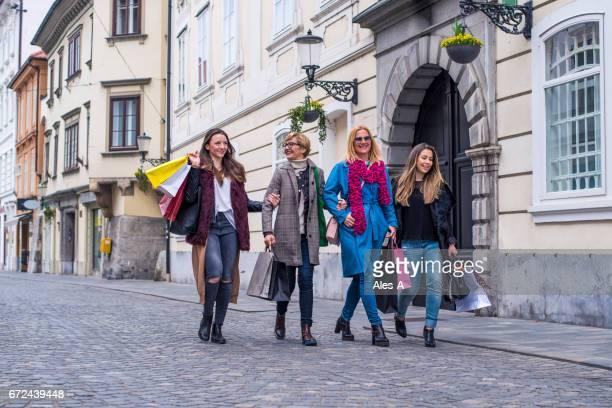 女性のショッピングバッグ - レディースデー ストックフォトと画像