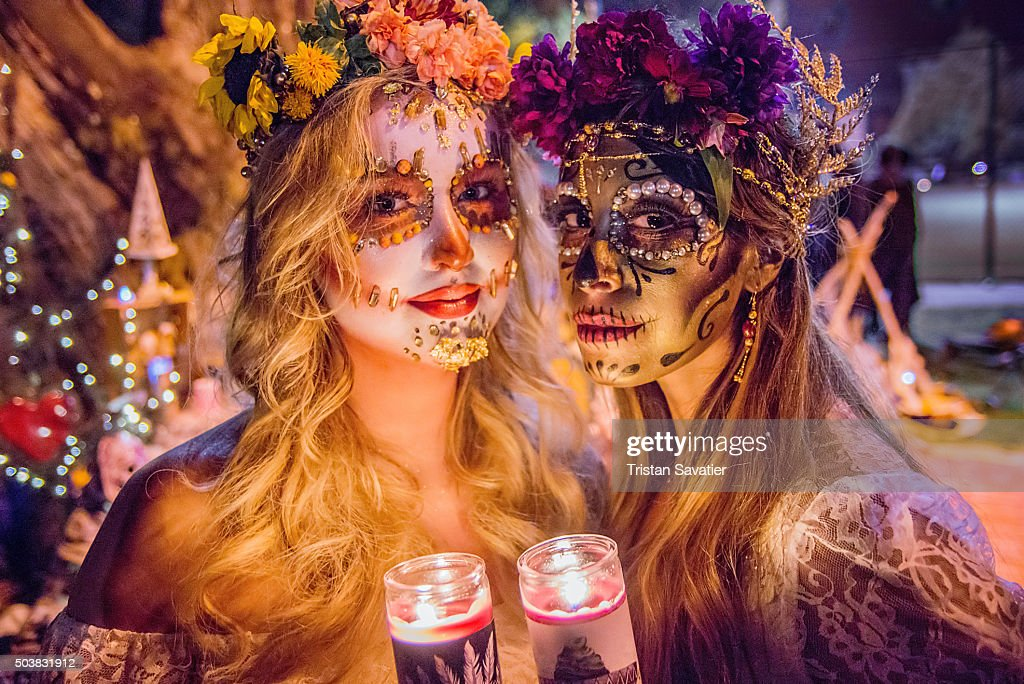 Women with sugar skull makeup at Dia de los Muertos procession : Foto de stock