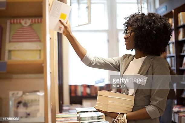 mulheres trabalhando no livraria - literatura - fotografias e filmes do acervo
