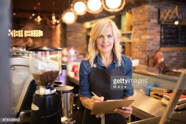 Mujeres que trabajan en la cafetería