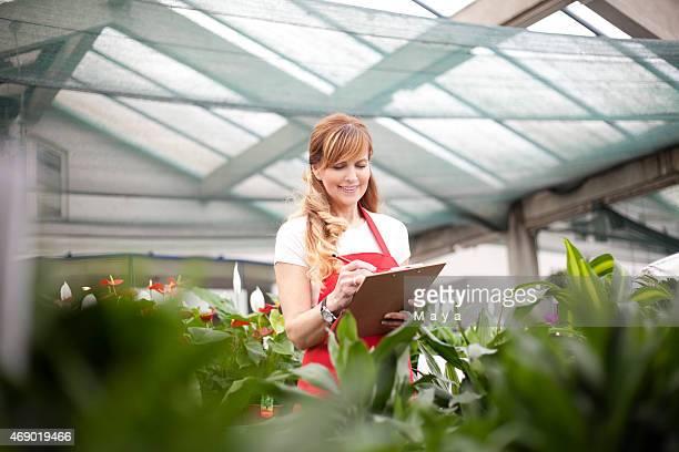 Las mujeres trabajan en centro de jardinería
