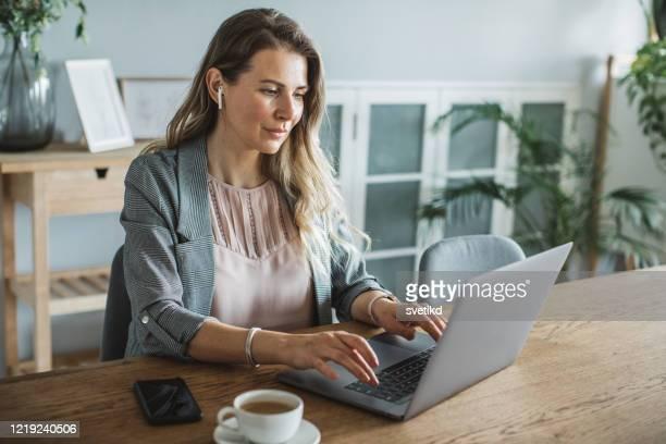 vrouwen die tijdens isolatieperiode werken - netjes informeel stockfoto's en -beelden