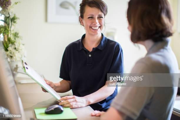 women working in a hospital - arzthelferin stock-fotos und bilder