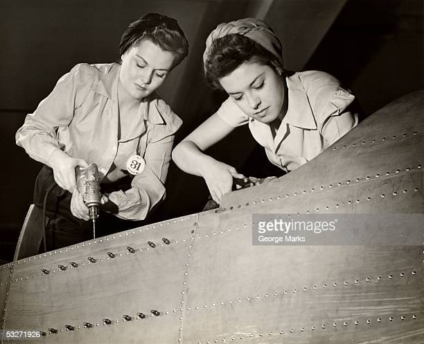women working on ww ii aircraft assembly - segunda guerra mundial fotografías e imágenes de stock