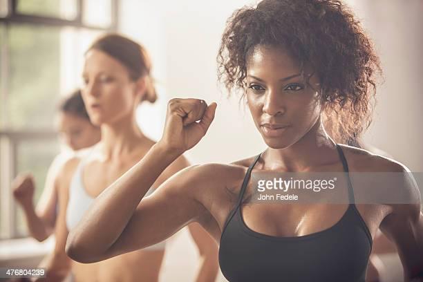women working out in exercise class - sportbeha stockfoto's en -beelden