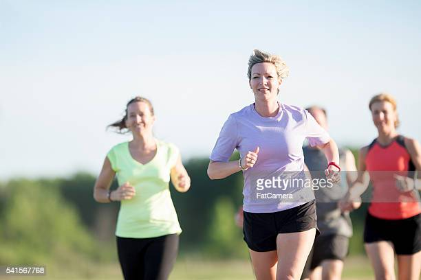 women working out together - 5000 meter stock pictures, royalty-free photos & images