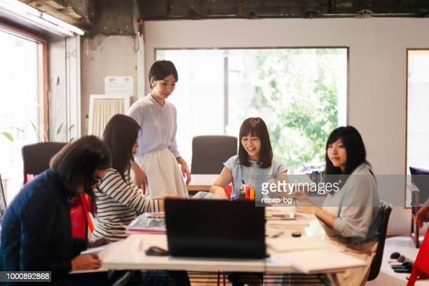 モダンな作業スペースで一緒に働く女性