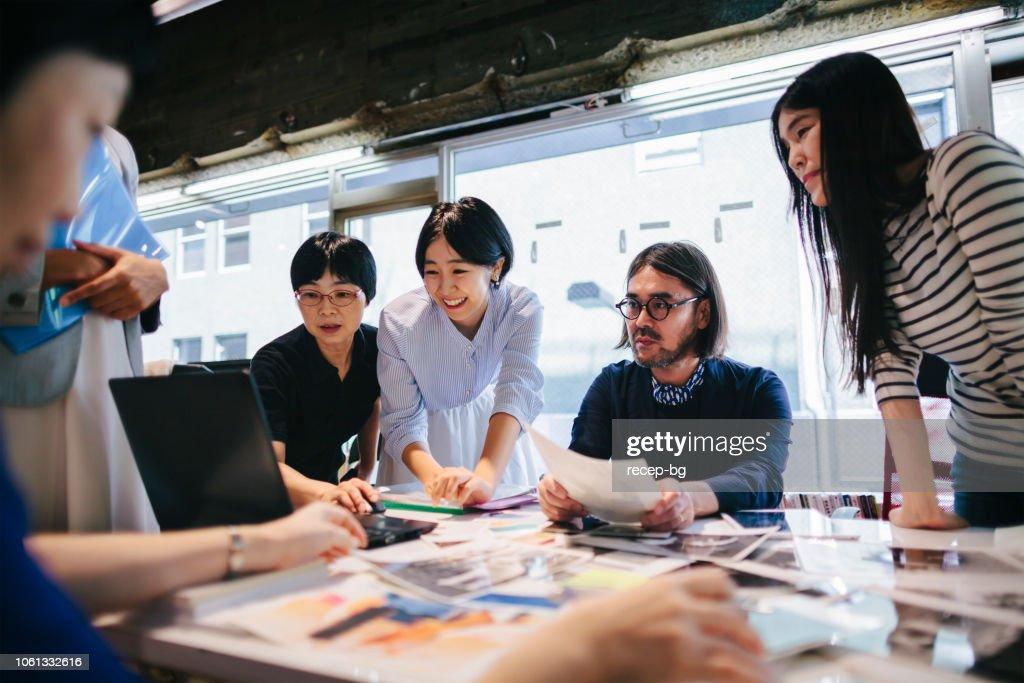 モダンな作業スペースで一緒に働く女性 : ストックフォト